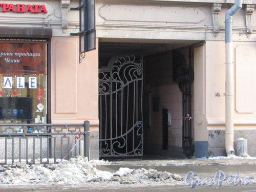улица Марата, дом 22-24. Створка ворот арки в правой части фасада доходного дома  Единоверческой церкви Св. Николая. Фото 15 февраля 2018 года.