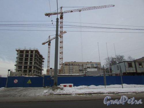 Будапештская улица, участок 1 (севернее дома 6, литера А по Будапештской улице). Общий вид строительства ЖК «Твин Хаус» со стороны Будапештской улицы. Фото 15 февраля 2018 года.