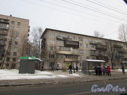 Будапештская улица, дом 46, литера А. Левая часть лицевого фасада жилого дома и остановка общественного транспорта перед зданием. Фото 15 февраля 2018 года.