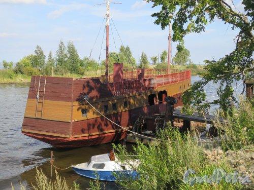 ул. Новоладожского канала, около дома 2. Корабль-гостиница. Вид с кормы. фото август 2015 г.