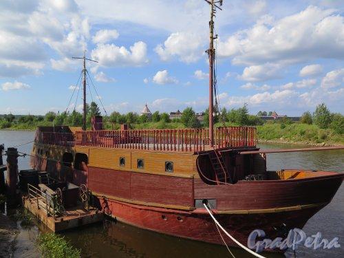 ул. Новоладожского канала, около дома 2. Корабль-гостиница. Вид с носа. фото август 2015 г.