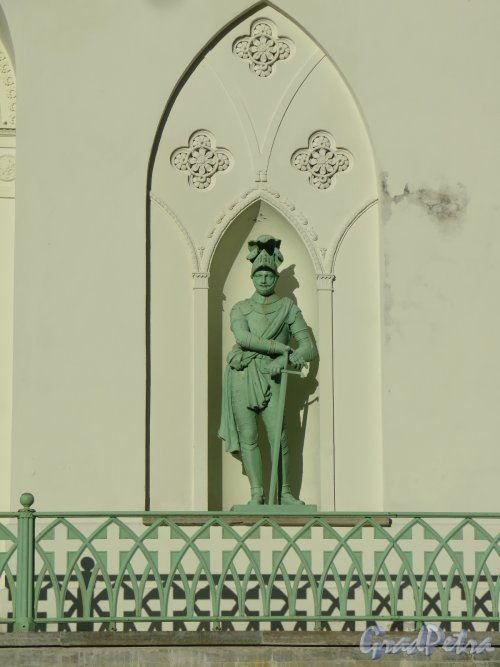 Фермская дорога (Пушкин), д. 2. Павильон Белая башня. Статуя рыцаря в нише 1-го яруса, ск. В. И. Демут-Малиновский. фото октябрь 2015 г.