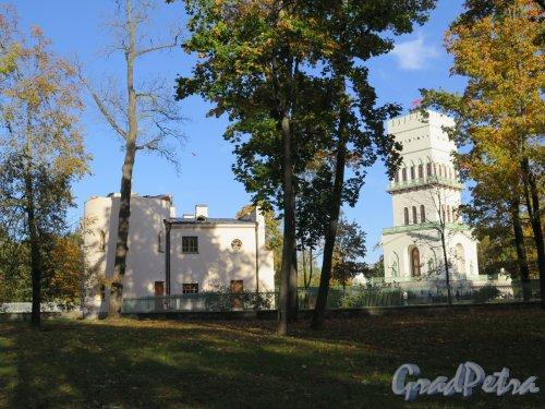 Фермская дорога (Пушкин), д. 2. Павильон Белая башня. Башня и въездные ворота. фото октябрь 2015 г.