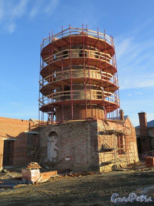 Фермская дорога (Пушкин), д. 6. Императорская ферма, Башня в процессе реконструкции. фото октябрь 2015 г.