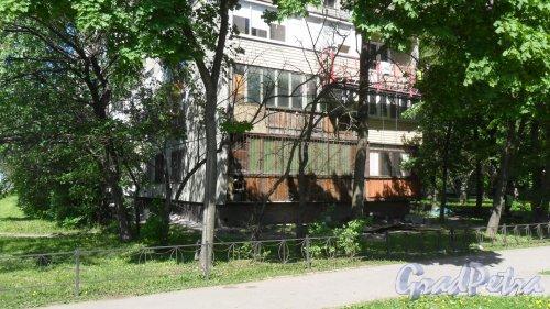Белградская улица, дом 34, корпус 1. Торец здания с южной стороны.  Ремонт фасада: плитку с панелей сбивают и фасад окрашивают. Фото 21 мая 2018 года.