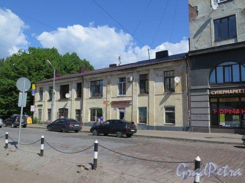Северная ул. (Выборг), д. 6. Жилой дом с магазинами, нач. 20 в. Общий вид. фото июнь 2016 г.