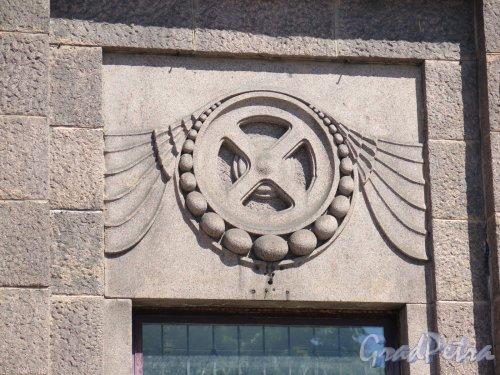 Выборг,железнодорожная ул., д. 8. Железнодорожный вокзал. Багажное отделение, 1913. Резная эмблема над входом. фото июнь 2016 г.