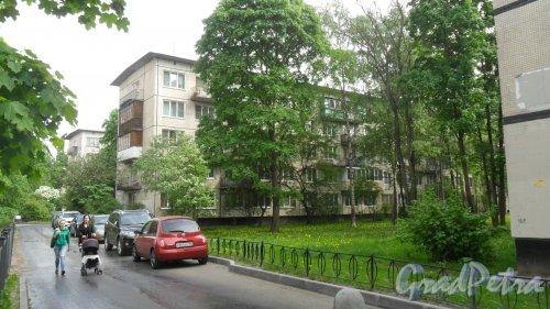 Будапештская улица, дом 43, корпус 2. 5-этажный жилой дом серии 1-ЛГ-502-9 1965 года постройки. 9 парадных, 136 квартир. Фото 23 мая 2018 года.