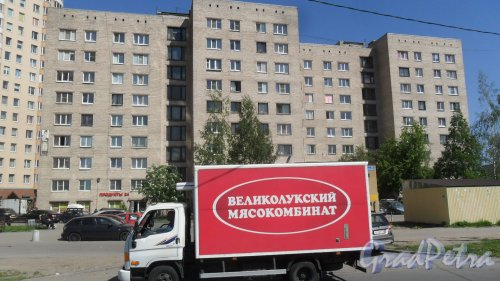 Улица Димитрова, дом 3, корпус 2. 9-этажный жилой дом серии 1-447С-54 1973 года постройки. 2 парадные, 32 квартиры. Фото 24 мая 2018 года.