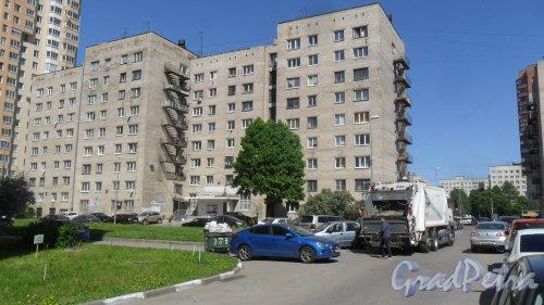 Улица Димитрова, дом 3, корпус 4. 9-этажный жилой дом серии 1-447С-54 1973 года постройки. 2 парадные, 32 квартиры. Фото 24 мая 2018 года.