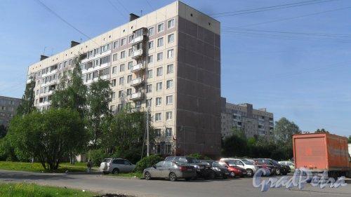 Будапештская улица, дом 61, литер А. 9-этажный жилой дом серии 1ЛГ-504Д 1988 года постройки. 9 парадных, 340 квартир. Фото 27 мая 2018 года.