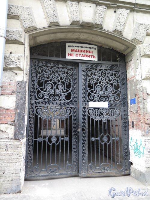 Ул. Чайковского, д. 79. Доходный дом Соболевых. Въездные ворота с улицы. Фото июнь 2016 г.