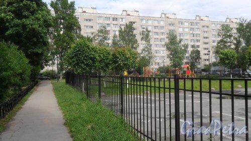 Улица Димитрова, дом 10, корпус 1. 9-этажный жилой дом серии 1ЛГ-602В-8 1972 года постройки. 8 парадных, 287 квартир. Фото 6 июня 2018 года.
