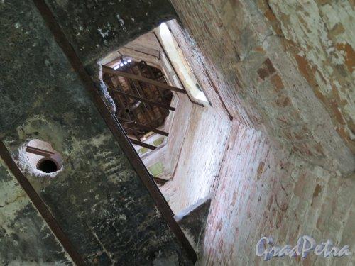 Межозерная ул. (Осиновая роща), д. 14, корп. 2а. Водонапорная башня усадьбы Е.И.Лопухиной. Внутренность башни. Вид с первого этажа. фото июнь 2016 г.
