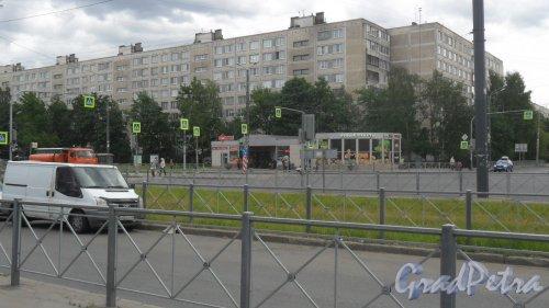 Улица Димитрова, дом 7, корпус 1. 9-этажный жилой дом серии 1ЛГ-602В 1973 года постройки. 8 парадных, 288 квартир. Фото 7 июня 2018 года.