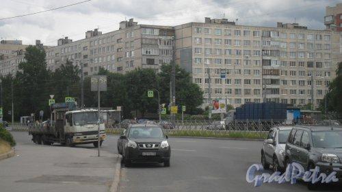 Улица Димитрова, дом 13 / Будапештская улица, дом 70. 9-этажный жилой дом серии 1ЛГ-602В 1973 года постройки. 8 парадных, 287 квартир. Фото 7 июня 2018 года.