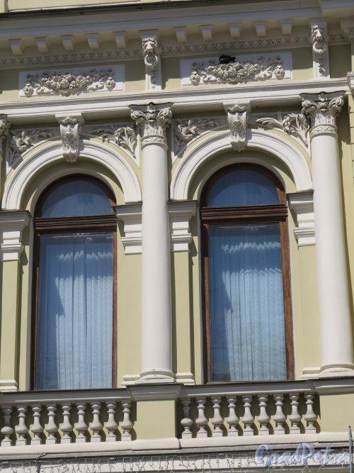 Фурштатская ул., д. 52. Особняк К. А. Варгунина, Оформление окон 2-го этажа. фото июнь 2016 г.