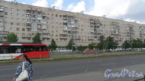 Улица Димитрова, дом 12, корпус 1. 9-этажный жилой дом 131 серии 1980 года постройки. 7 парадных, 224 квартиры. Фото 18 июня 2018 года.