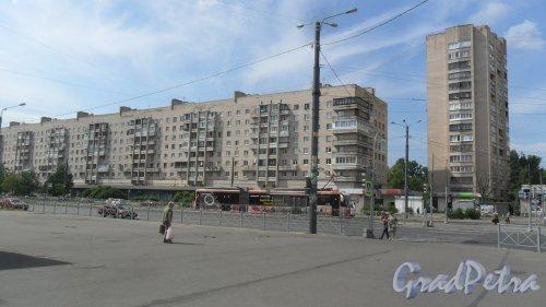Улица Димитрова, дом 16, корпус 1. 9-16-этажный жилой дом 1979 года постройки. 9-этажная секция серии 131, 16-этажная секция серии 1-528кп82. Фото 18 июня 2018 года.