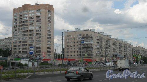 Улица Димитрова, дом 18, корпус 1. 9-16-этажный жилой дом 1979 года постройки. 9-этажная секция (1-7) парадные 131 серии, 16-этажная секция (8-парадная) серии 1-528кп82. Фото 18 июня 2018 года.