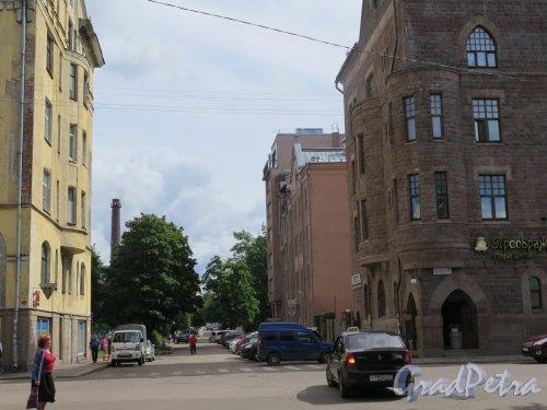 Маяковская ул. (Выборг). Вид улицы от перекрестка с Вокзальной ул. фото июль 2016 г.