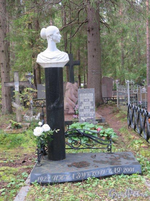 Комаровский некрополь. Надгробие Инны Зубковской, балерины (1923-2001). фото октябрь 2016 г.